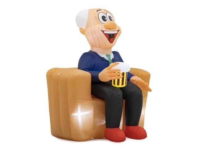 abraham pop zittend op bank