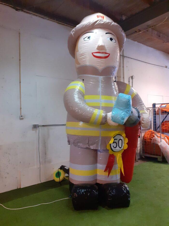 sarah pop brandweervrouw met opblaasbare brandweerslang voor een verjaardag
